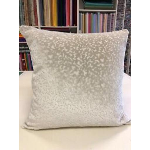 "18"" x 18"" LUXURY CREAM VELVET FABRIC CUSHION"
